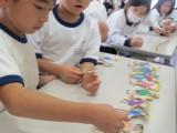 1年生と6年生の共同制作「地引き網」の経過報告