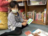 プレイルームの本棚を整理しました!!